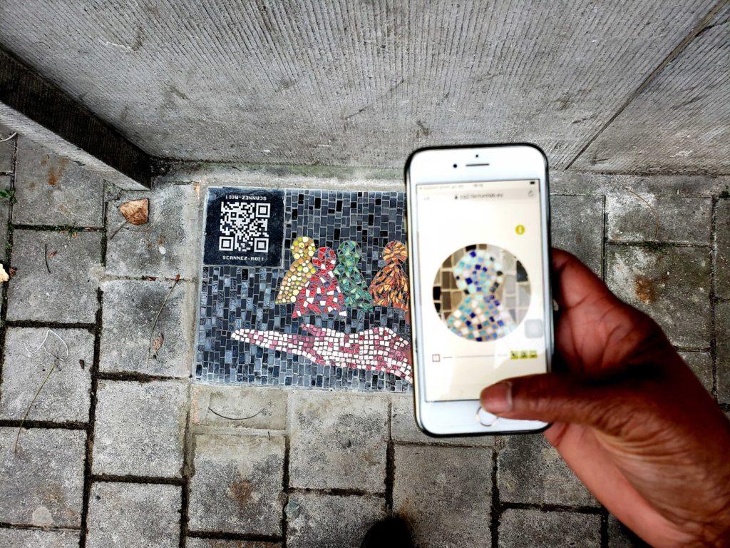Smartphone scannant un QR code pour écouter un podcast à Bruxelles